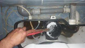 A képen a tampontól eldugult darálós WC. látható